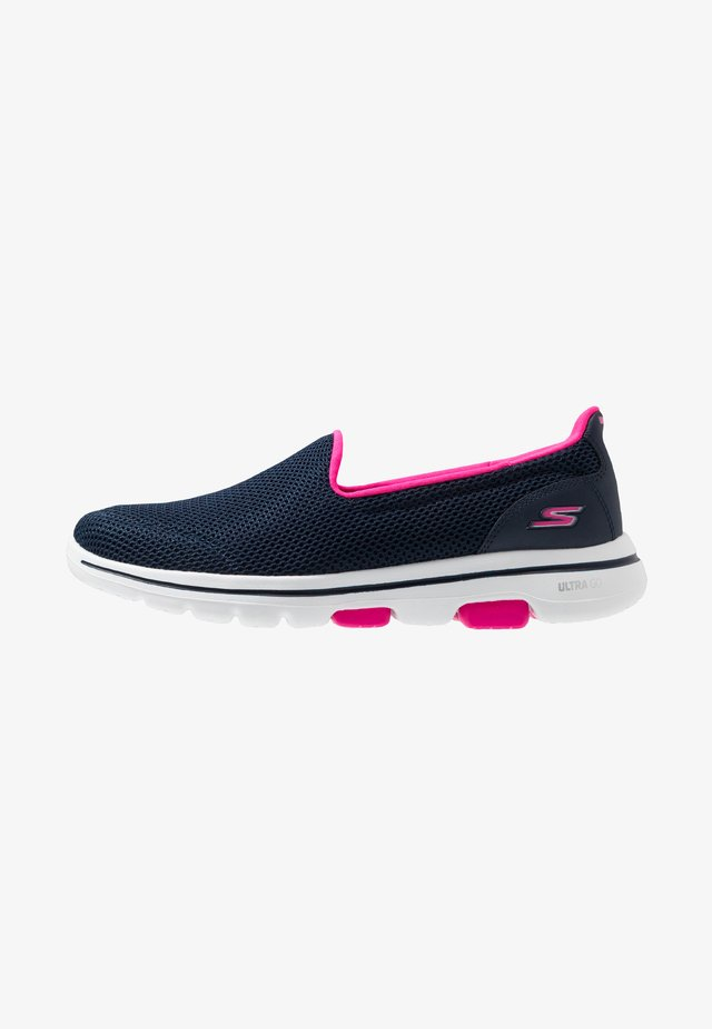 GO WALK 5 - Walking trainers - navy/hot pink