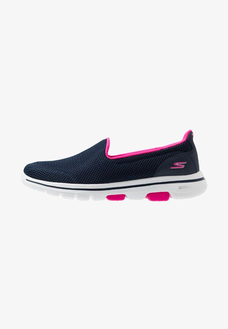 Skechers Performance - GO WALK 5 - Obuwie do biegania Turystyka - navy/hot pink
