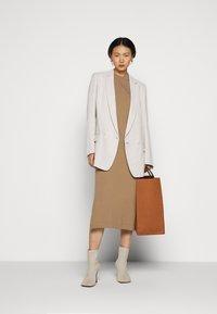 WEEKEND MaxMara - ONDA - Pletené šaty - kamel - 1