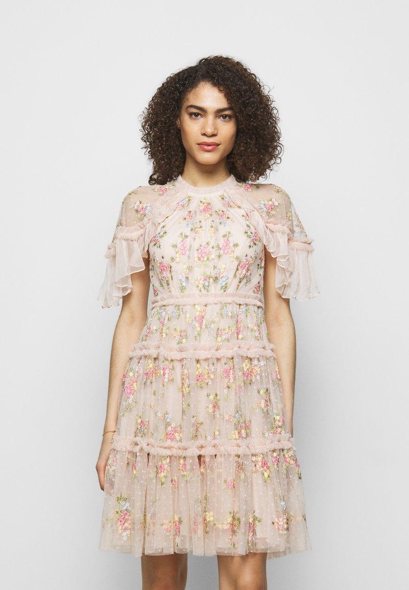 Needle & Thread - EMMA DITSY MINI DRESS - Koktejlové šaty/ šaty na párty - strawberry icing