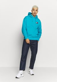 Tommy Jeans - BADGE HOODIE UNISEX - Sweat à capuche - exotic teal - 1