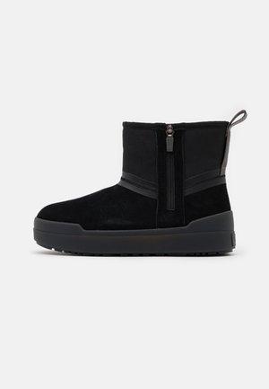 CLASSIC TECH MINI - Snowboot/Winterstiefel - black