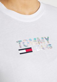 Tommy Jeans - METALLIC CORP LOGO TEE - T-shirt con stampa - white - 4