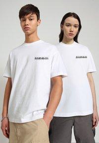 Napapijri - S-HAENA - T-shirt con stampa - bright white - 1
