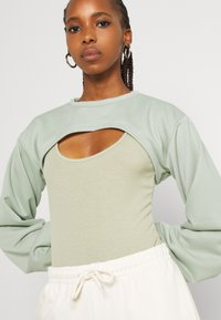 Missguided - CUT OUT OVERLAY BODYSUIT SET - T-shirt con stampa - sage - 3