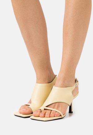 VEGAN AIDY  - Sandály s odděleným palcem - yellow dusty light