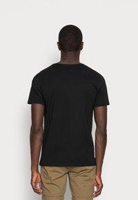 Selected Homme - SLHLUKE O-NECK TEE - Basic T-shirt - black - 2