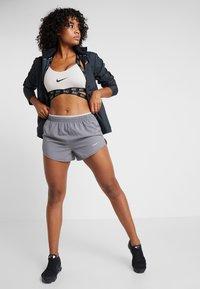 Nike Performance - TEMPO SHORT  - Pantalón corto de deporte - gunsmoke/atmosphere grey/silver - 1