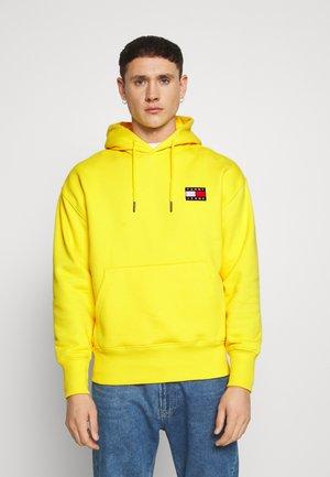 BADGE HOODIE - Bluza z kapturem - starfruit yellow