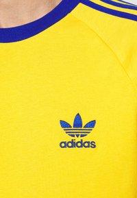 adidas Originals - 3 STRIPES TEE UNISEX - Print T-shirt - actgol/royblu - 5