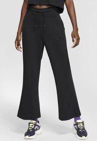 Nike Sportswear - SPODNIE DAMSKIE  - Teplákové kalhoty - black/dark smoke grey - 0