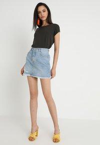 Vero Moda - Jednoduché triko - peat - 1