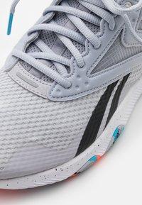 Reebok - REEBOK HIIT TR - Sportovní boty - cold grey - 5
