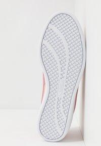 Puma - SMASH - Sneakers basse - peachskin/foxglove/silver/white - 6