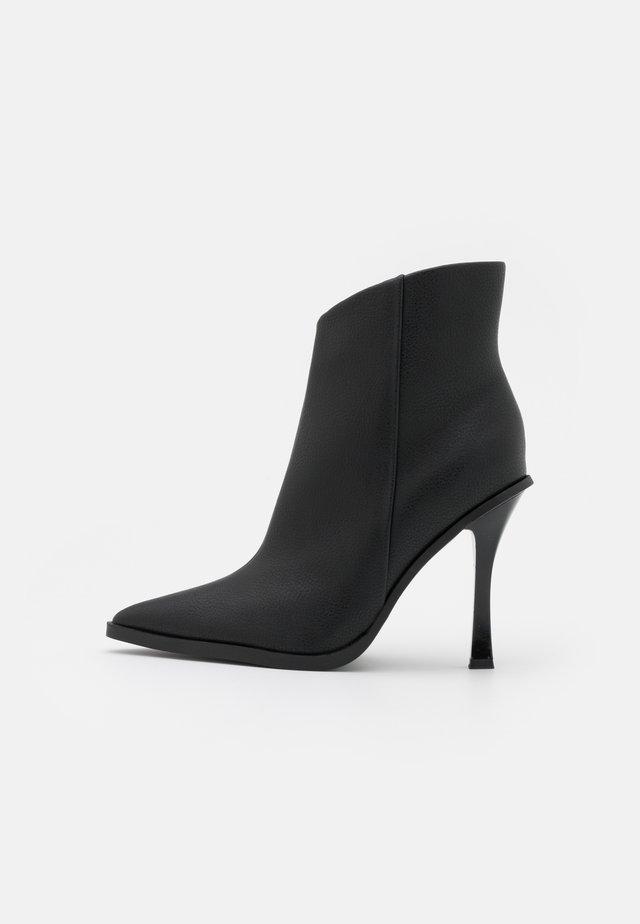 HANDSOME POINT BOOT - Kotníkové boty - black