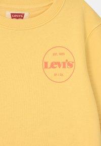 Levi's® - CREWNECK  - Sweatshirts - golden haze - 2