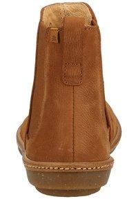 El Naturalista - Classic ankle boots - wood - 3