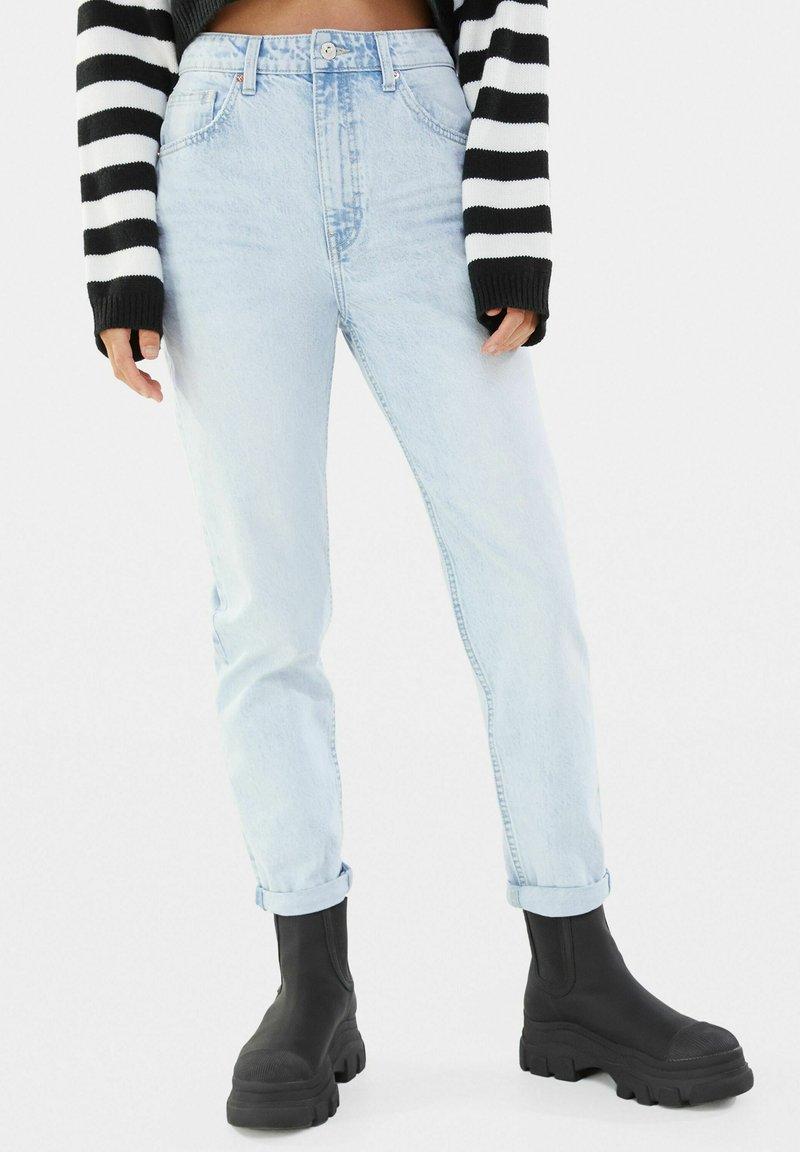 Bershka - MOM FIT JEANS - Jeans baggy - light blue
