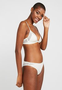 Calvin Klein Underwear - FLIRTY UNLINED - Triangle bra - ivory - 1
