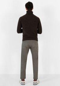 Scalpers - FIVE POCKETS PANTS - Trousers - khaki - 2
