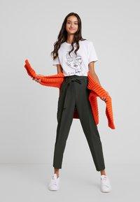 New Look - MILLER TIE WAIST TROUSER - Trousers - green - 2