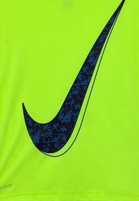 Nike Sportswear - Camiseta estampada - volt - 2