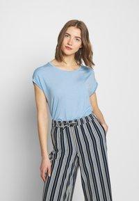 Vero Moda - T-shirt basic - placid blue - 0