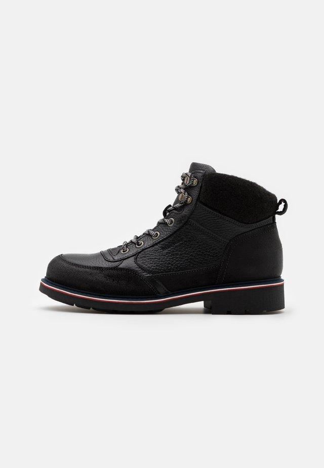 CHECK LINING BOOT - Šněrovací kotníkové boty - black