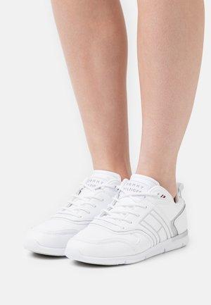 METALLIC LIGHTWEIGHT  - Sneakers laag - white