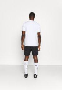 Under Armour - CHALLENGER  - Pantalón corto de deporte - black/white - 2