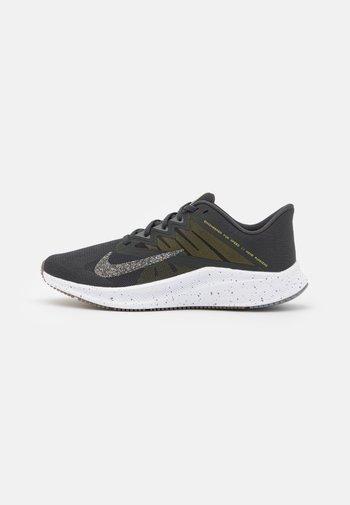 QUEST 3 PRM - Obuwie do biegania treningowe - dark smoke grey/wolf grey/high voltage/iron grey/light brown/white