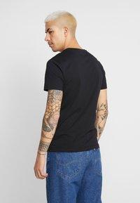 Calvin Klein Jeans - MONOGRAM POCKET SLIM TEE - Triko spotiskem - black - 2
