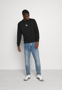 Calvin Klein Jeans - CHEST PRINT CREW NECK - Felpa - black - 1
