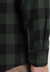 Urban Classics - CHECKED - Camicia - black/forest - 5