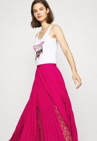 Guess - LUISA SKIRT - Pleated skirt - shocking pink - 3