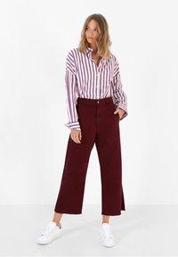 Scalpers - Flared Jeans - burgundy - 1