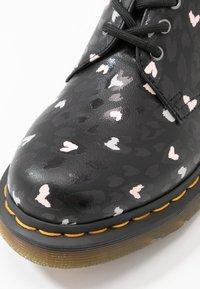 Dr. Martens - 1461 HEARTS 3 EYE SHOE - Šněrovací boty - black - 2