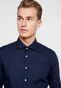 Seidensticker - SLIM FIT SPREAD KENT PATCH - Formal shirt - dark blue - 5