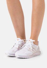 adidas Performance - ULTRABOOST  - Matalavartiset tennarit - white - 0
