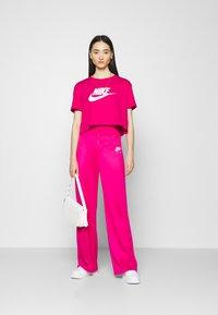 Nike Sportswear - TEE - Camiseta estampada - fireberry/white - 1
