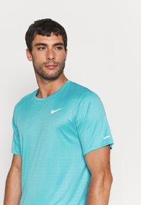 Nike Performance - MILER EMBOSS - T-shirt con stampa - chlorine blue/silver - 3