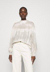 Abercrombie & Fitch - SEASONAL LOGO MOCK NECK CREW PATTERN - Bluza - grey marble - 0