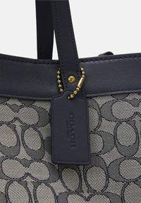 Coach - SIGNATURE FIELD TOTE - Handbag - midnight navy - 6