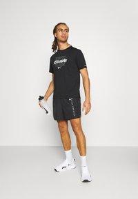 Nike Performance - MILER - T-shirt print - black - 1