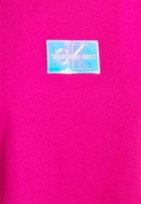 Calvin Klein Jeans - SHINE BADGE TEE - Print T-shirt - party pink - 2