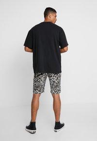 Urban Classics - STRETCH - Shorts - white leo - 2