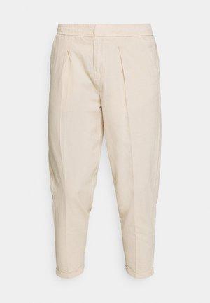 JOHNNY PANTS - Pantaloni - sandshell