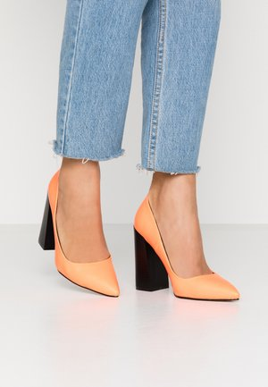 BRINLEY - Zapatos altos - orange