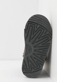 UGG - CLASSIC  - Kotníkové boty - grey - 4