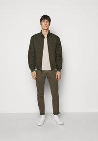Polo Ralph Lauren - CUSTOM SLIM FIT JERSEY V-NECK T-SHIRT - T-shirt - bas - expedition dune - 1